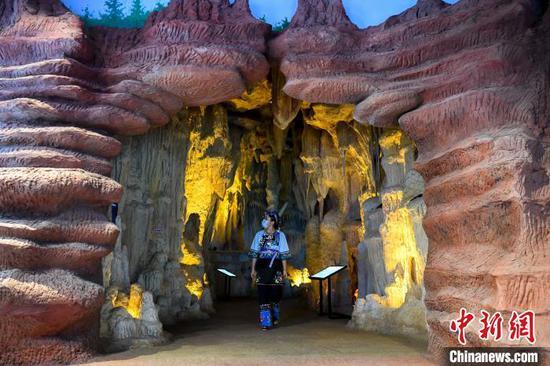 苗家姑娘参观湘西世界地质公园博物馆。 杨华峰 摄