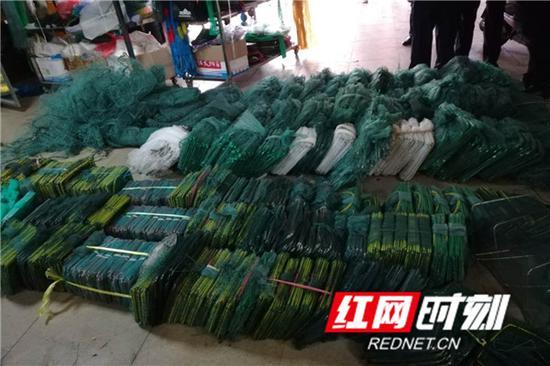执法人员在现场收缴的禁售渔具。