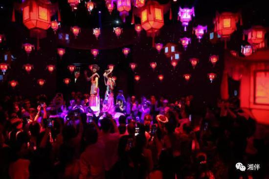 10月3日,隆回县虎形山瑶族乡大花瑶景区,演员在表演《花瑶喜宴》,吸引了众多游客前来体验花瑶民俗文化。曾勇 摄