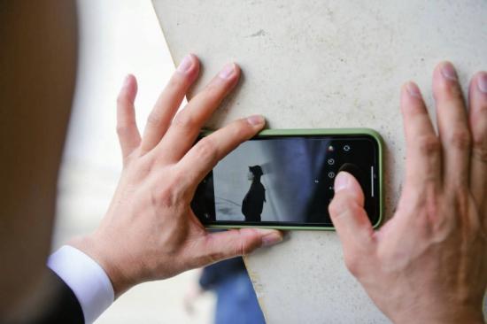 """长沙一景区保安成""""网红"""",游客排百米长队等他拍照"""