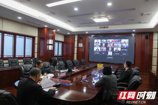 10月26日下午,由中国人民对外友好协会和中国东盟协会共同主办的第三届中国-东盟民间友好组织领导人会晤以视频会议形式召开。