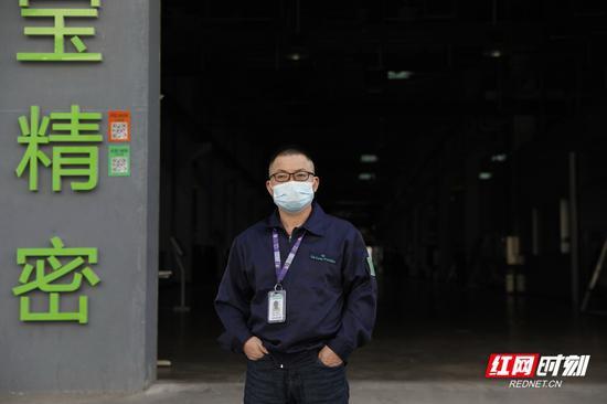 11月11日清早,上完晚班的吴新平走出厂门。