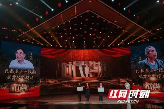 """11月12日,黄诗燕的家属在北京领受由中宣部颁发的""""时代楷模""""荣誉证书和奖牌。(摄影:张必闻)"""