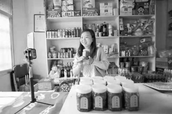 胡春燕在自己的直播间推销当地农产品,现在她自制的辣椒豆豉等农产品在网上颇受欢迎。 图/受访者提供