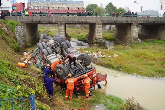 衡阳一满载货车因避让前车侧翻 冲出路面坠入河中!消防成功救