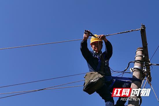 株洲供电人员施工。