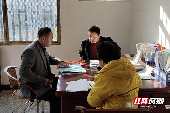 工作人员在金江镇新华村开展谈心谈话工作。