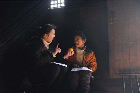 怀化沅陵县,正在辅导学生的杜远薇。图 / 受访者提供