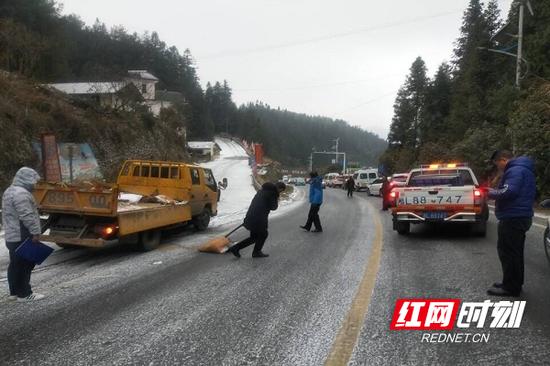 桂东县交通运输局领导亲自带队前往侃大坳撒盐除冰,保障交通安全