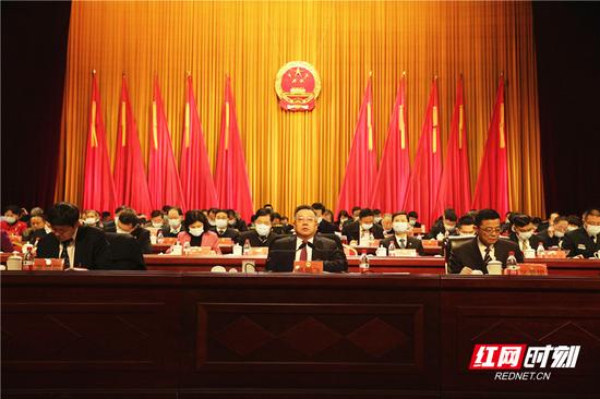 郴州市委书记、市人大常委会主任易鹏飞主持并宣布大会开幕。