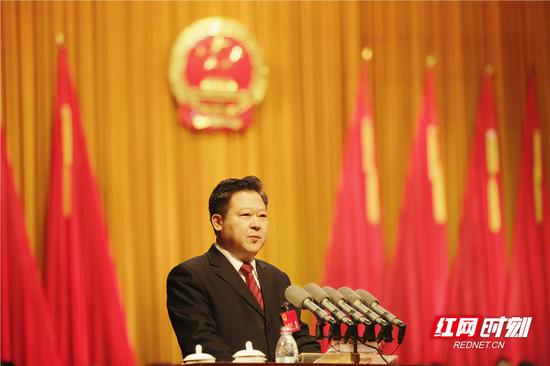 郴州市委副书记、市长刘志仁向大会作政府工作报告。