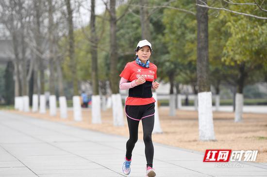 湘府文化公园里不畏严寒坚持健身的跑步爱好者。