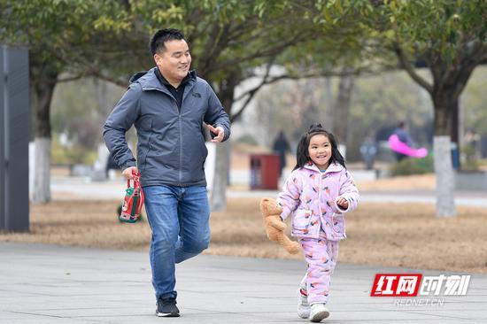 湘府文化公园里,身着棉服快乐奔跑的孩子。
