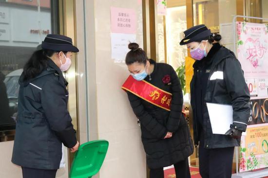 执勤中的刘晓东(左一)