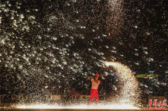 铜官窑古镇激光焰火水舞秀。(景区供图)