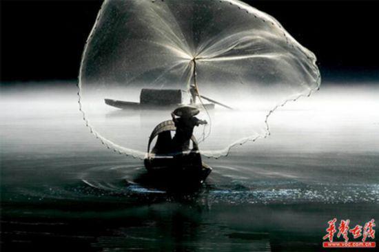 放歌渔网唱东江。(邓南国 摄)
