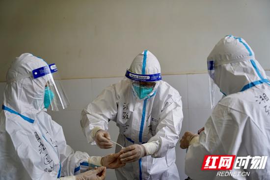 援塞医疗队队员们在中塞友好病院内进行新冠病毒检测标本采样。