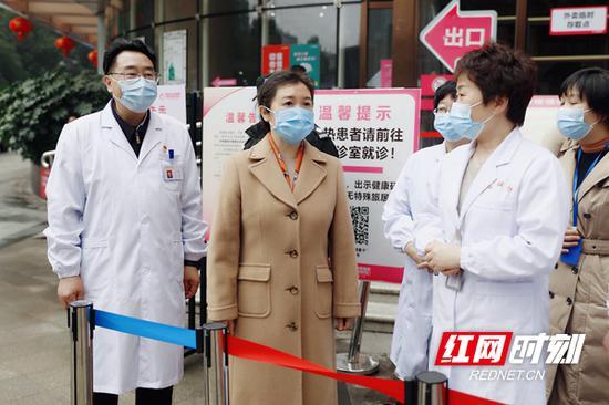 易露茜走访调研医疗机构疫情防控工作。