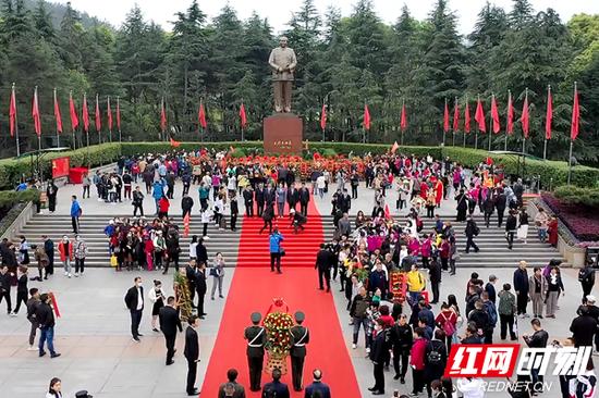 韶山毛泽东广场上游人如织。