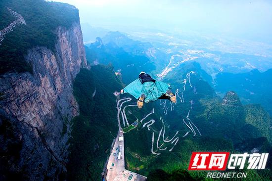 张家界天门山已成为翼装飞行世锦赛的固定举办地。刘波 摄