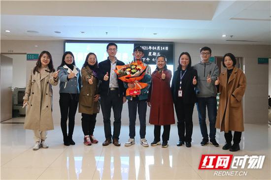 中南大学湘雅医学院老师们前往医院探望造血干细胞捐献者姚智远(手捧花者)。