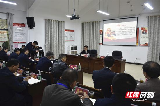 """刘志仁在村委会围绕""""学史增信""""主题讲专题党课。"""