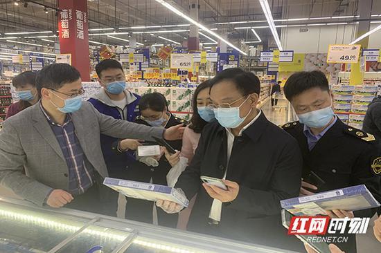 """督察组在麦德龙长沙开福商场检查""""湘冷链""""溯源码使用情况。"""
