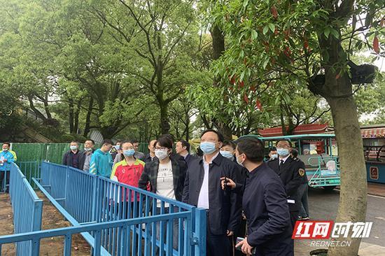 4月28日下午,湖南省市场监管局督察组正在长沙世界之窗检查大型游乐设施安全运行情况。