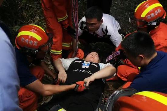 郴州一游客扭伤脚被困,消防员接力背下山