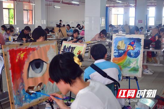 参赛选手进行绘画创作。