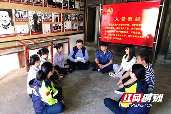 把课堂搬到了宜章县邓中夏故居。