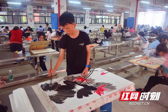 参赛选手进中国画创作。