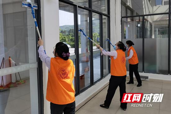 在桂阳服务区对公共区域玻璃进行擦拭。