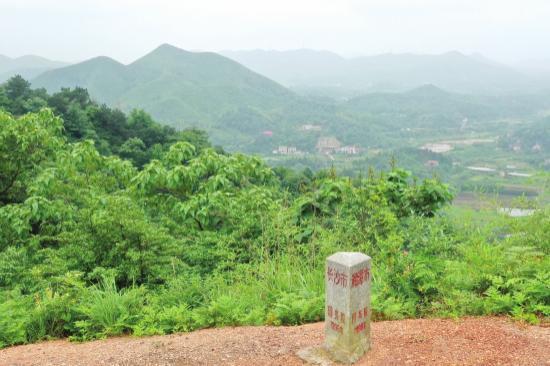 5 月 27 日,湘潭市昭山示范区七星村旁的虎形山,山顶的空地上有一根三角形水泥柱,柱子的三个面上分别用红色字体标记着湘潭市、株洲市和长沙市。组图 / 记者谢长贵