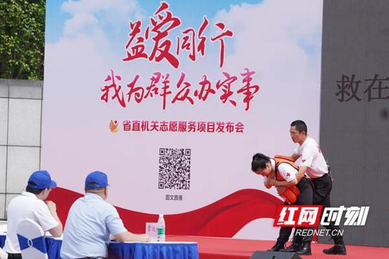 """省红十字会""""救在身边""""志愿服务项目开展急救知识现场培训。"""