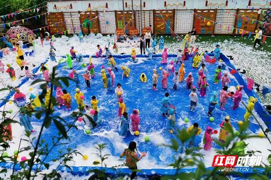 幼儿园被泡泡和孩子们的笑声装满了
