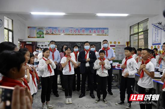 刘志仁认真欣赏了孩子们表演的手语舞《感恩的心》。