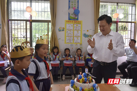 在汝城县东山村小学,刘志仁为即将过生日的孩子庆祝生日,祝福他们健康快乐成长。