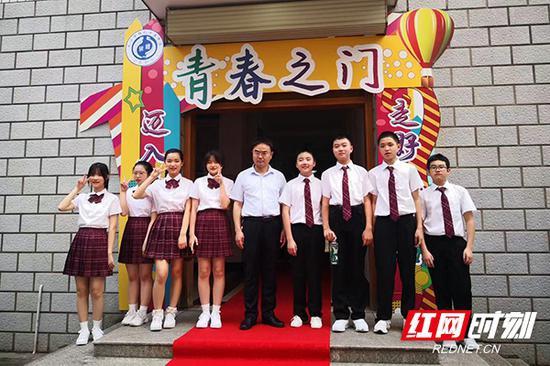 """学校特意制作了""""青春之门"""",迈入青春门,走好人生路。"""