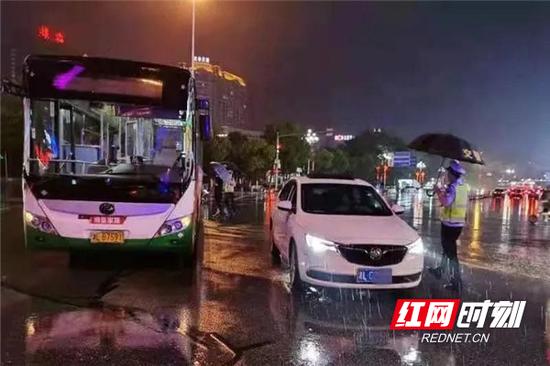 交警冒雨指挥交通。
