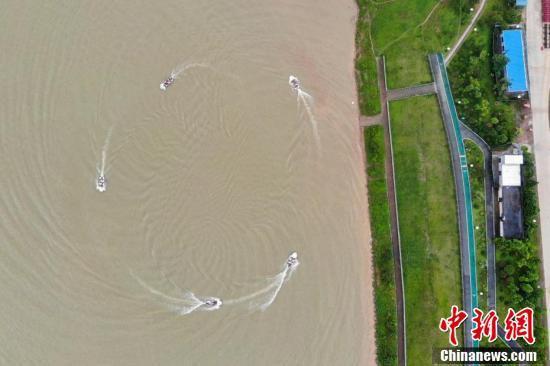 武警官兵驾驶冲锋舟进行编队航行。