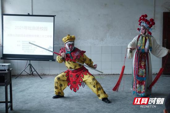 """6月2日下午,湖南省昆剧团来到郴州市二十二中开展""""戏曲进校园""""活动。"""