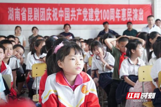 郴州市二十二中的师生们被美妙的昆曲艺术深深吸引。