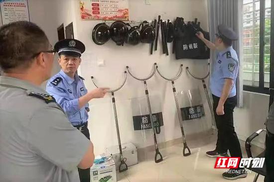 苏仙公安检查校园内部安全器具。