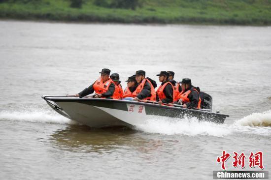 武警官兵进行抗洪抢险演练应对汛期。