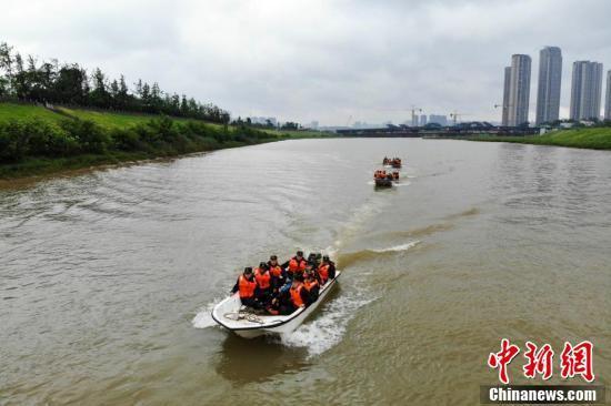 武警官兵驾驶冲锋舟在水面上进行演练。