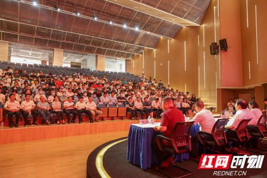 省委两新工委、省互联网行业党委委员、各市州互联网行业党委、省市50多家重点互联网企业党组织的相关负责人和党员代表共200多人参加活动。