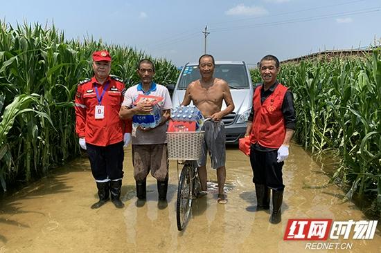 将救援物资送到受灾群众手中。