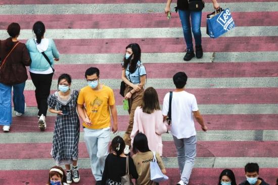 10月6日,长沙市解放西路与黄兴中路交叉口,秋装、夏装混搭的行人。图/记者张云峰