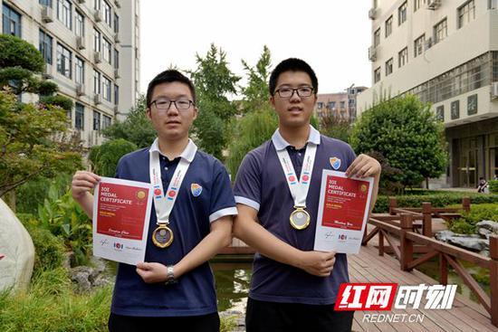 陈江伦同学(左一)和杨懋龙(左二)同学
